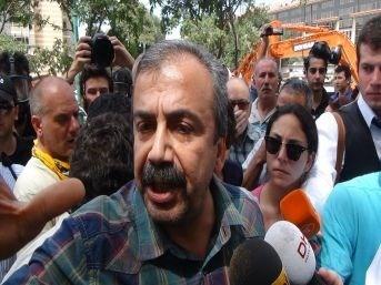 TAKSİM'de Polis, Sırrı Süreyya Önder'i de vurdu