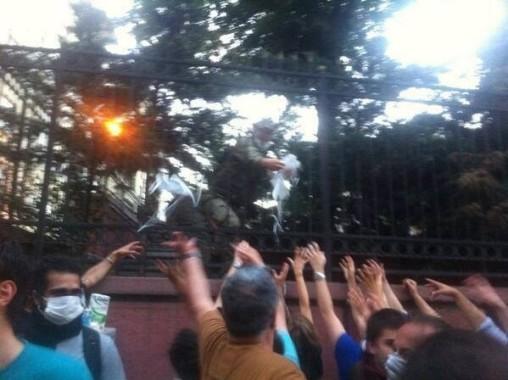 Askerler Biber gazından Etkilenen Vatandaşlara Maske Dağıtıyor