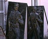 Atatürk Büstüne Saldırdılar