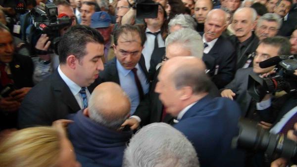 Kılıçdaroğlu Protestocu Partiliyi Dışarı Çıkartı