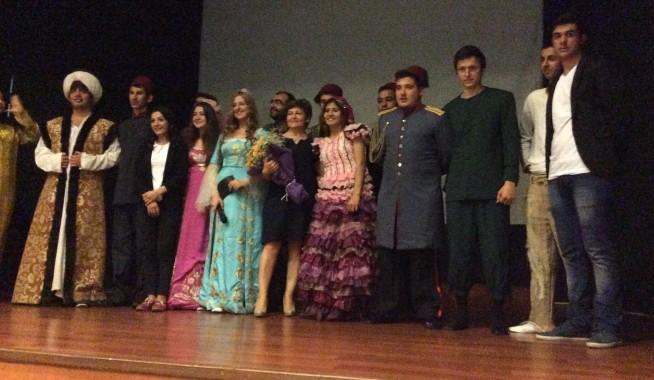 """Sarıyer Vehbi Koç Vakfı Lisesi öğrencileri """"Seyyah"""" adlı oyunu sahnelediler."""