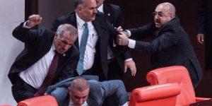 Hükümet Muhalefete Çekiçle Saldırdı.