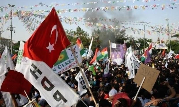 Kürt Hareketinin Diyarbakır'daki İlk Türk Bayraklı Mitingiydi…