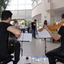 Vatandaşlara müzik eşliğinde hizmet veriyorlar